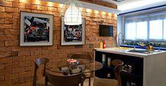 A parede de tijolinhos com junta seca e os drops de cor em amarelo e azul são os destaques da Cozinha Light, assinada por Ketlein Amorim. A 23ª edição da Casa Cor Rio segue até 18 de novembro de 2013, na Av. dos Flamboyants, 500, Barra da Tijuca - Rio de Janeiro. Outras informações: www.casacor.com.br/riodejaneiro