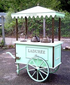 would be perfect for cotton candy, popcorn or a candy buffet! Mobile Kiosk, Mobile Shop, Coffee Carts, Coffee Shop, Foodtrucks Ideas, Vendor Cart, Bike Food, Best Hacks, Bike Cart