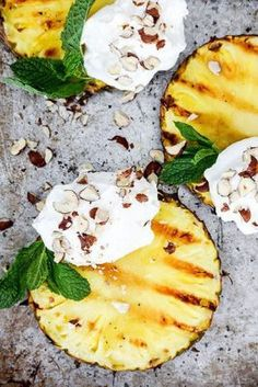 Grilled pineapple with coconut whipped cream. An easy recipe for grilled pineapple with coconut whipped cream and hazelnuts. A healthy, light and vegan summer treat. Think Food, Love Food, Healthy Snacks, Healthy Eating, Healthy Recipes, Healthy Nutrition, Optimum Nutrition Whey, Nutrition Tips, Vegetarian Barbecue