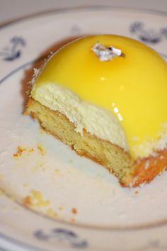 Lemon foam domes on Breton palets & coconut chips – Desserts World Fancy Desserts, Great Desserts, Fancy Cakes, Baking Recipes, Cake Recipes, Dessert Recipes, Chefs, Palet Breton, Dacquoise