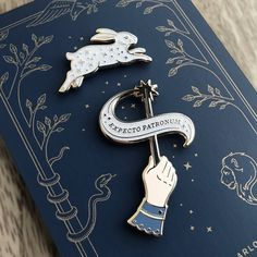 Who doesn't need a little more magic in their life? Here are 20 Harry Potter enamel pins that will transport you to Hogwarts. Harry Potter Schmuck, Harry Potter Jewelry, Harry Potter Pin, Harry Potter Facts, Harry Potter World, Harry Potter Things, Harry Potter Fashion, Harry Potter Badges, Harry Potter Outfits
