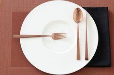 eues Design-Besteck in der Trendfarbe Kupfer: Die Asa Cutipol Serie gibt es neben Edelstahl und Schwarz jetzt auch in Kupfer. Ein pures Highlight auf dem gedeckten Tisch.
