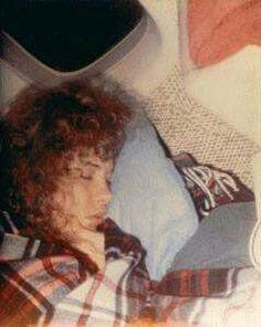 a close-up coloured photo of Stevie sleeping ~ ☆♥❤♥☆ ~ while travelling to a concert venue by train, covered with her favourite tartan blanket that went everywhere with het Stevie Nicks Lindsey Buckingham, Buckingham Nicks, Stephanie Lynn, Stevie Nicks Fleetwood Mac, Rock N Roll, My Idol, Dreaming Of You, Love Her, Candid