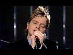 http://www.songteksten.nl/songteksten/76884/udo-mechels/ik-mis-je-zo.htm  ___________   Udo mechels - Ik mis je zo  De regen stroomt als tranen langs de ruit 'T is of de ganse hemel om je huilt Ik voel me zo mistroostig als het weer Ik mis je zo ik mis je meer en meer  'K herinner mij de tijd van jij en ik Van d' allereerste tot de laatste blik 'K zie je nog altijd als verslagen staan Toen ik vertelde dat ik weg moest gaan