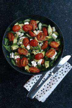 Her er en af mine yndlings salater. For dig som synes salater er kedelige og intetsigende. Så tror jeg denne hitter. Masser af hvidløgssmag.. Raw Food Recipes, Vegetarian Recipes, Healthy Recipes, Best Avocado Recipes, Feta, Love Food, A Food, Food Goals, Greens Recipe