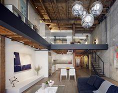 Na divisão dos espaços, a cozinha se integra com a sala e o quarto fica no mezanino, um pouco menos exposto. O mezanino e a escada foram construídos em aço e madeira, em estruturas aparentes que preservam o ar industrial.