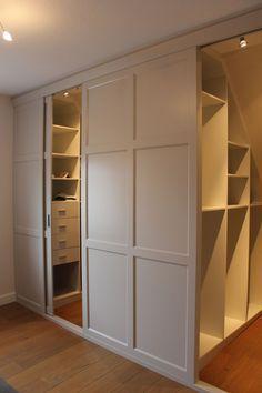 #slopedceiling #storage #closet | Luxe slaapkamer inrichting op maat met witte slaapkamer en inloopkast