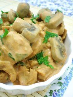 Mesmo acompanhada de muitos ingredientes, como cogumelos, tomate, curry, cebola, alho, ketchup, pimenta, fica pronta rapidinho! Dá até pra fazer pro jantar.