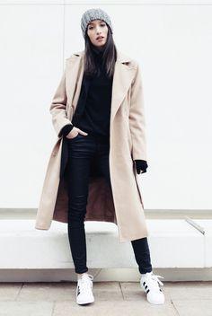 outfit, moda invierno, looks invierno, street style, street chic style, looks casuales, looks cómodos, looks fáciles, athleisure - gorro tejido gris + playera cuello de tortuga negra + jeans skinny negros + saco negro + abrigo beige + tenis blanco con negro