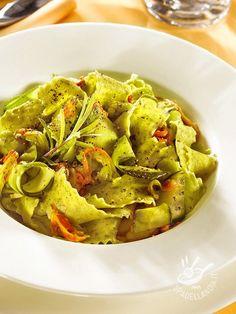 Se pensate che con un semplice piatto di pasta non si possano lasciare gli invitati di stucco, provate le Pappardelle al pesto e fiori di zucca!