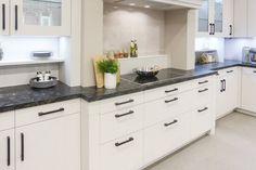 """Der """"Amerikanische"""" Küchenstil oder doch einfach klassisch? Kitchen Cabinets, Home Decor, Custom Kitchens, New Kitchen, Kitchen Contemporary, Home Kitchens, Classic, Simple, Decoration Home"""