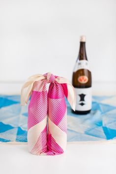 Es una idea original de envolver dos botellas a través de un pañuelo. Alberto Soto.           DIY Furoshiki wine carrier
