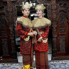 Indonesian weddings can vary greatly from island to island. With more than 300 ethnic groups and 6 major religions, this relatively small country is a crossroad of various cultures and civilizations.
