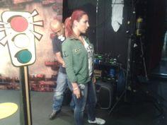 El Asistente de sonido alistando a Sylvana Gómez para que salga al aire