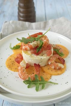 Gemarineerde scampi's met mousse van geitenkaas en meloencarpaccio - Marinated shrimps with mousse of goat cheese and melon carpaccio - Hap & Tap ! Carpaccio Recipe, Snack Recipes, Cooking Recipes, Good Food, Yummy Food, Xmas Food, Football Food, Food Plating, Mousse