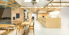 Dos tiendas ubicadas al interior de la Escuela de Artes de Singapur (SOTA) encuentran en la propia arquitectura de su huésped las claves de su diseño