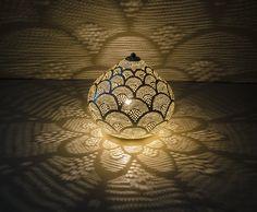 Filigran bordlampe sølv 21 x 25 cm fra Zenza Brass Lamp, Pendant Lamp, Robert Geiss, Deco Baroque, Mobiles, Moroccan Lamp, Fan Lamp, Silver Shop, Handmade Table