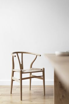 Iconic Chair Design × Wishbone Chair - Known as the master of the chair, Hans J. Wegner designed more than 500 chairs in his lifetime. Cool Desk Chairs, Dining Room Chairs, Dining Table, Circle Chair, Danish Chair, Plumbing Pipe Furniture, Inspiration Design, Futuristic Furniture, Vintage Design