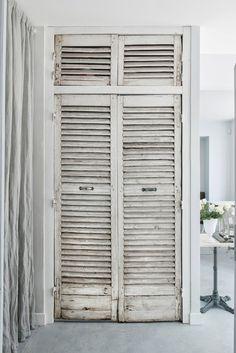 greige restaurant in Paris. Simple Interior, Cafe Interior, Wardrobe Design, Built In Wardrobe, Date Photo, Vintage Shutters, White Restaurant, Shop Interiors, Design Interiors