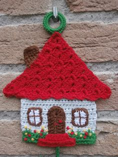 Cheerful pendant made! The house is to the pattern of this pot holder! Crochet Decoration, Crochet Home Decor, Crochet Crafts, Crochet Toys, Crochet Projects, Freeform Crochet, Crochet Motif, Crochet Designs, Crochet Leaves