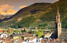 Больцано (Bolzano) расположен в природной котловине, поросшей виноградниками, где, благодаря мягкому климату растут пальмы, кипарисы и маслины. По краям же города, вступая в контраст с типичной средиземноморской растительностью, высятся горные пики, зачастую заснеженные, Доломит Катиначчо, Розенгартен, где согласно германским легендам обитает гномий король Лаурино.