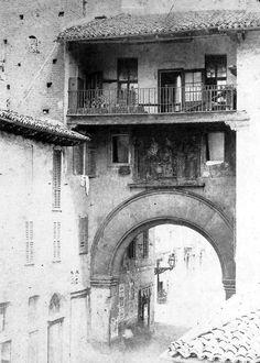 Porta Ticinese (di origine) medievale prima delle ristrutturazioni avvenute intorno al 1860, durante le quali Camillo Boito realizzò anche le due arcate laterali tuttora esistenti (Milano sparita e da ricordare)