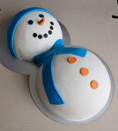 Een echte feestdagen / winter taart. Buik met room en hoofd met jam.
