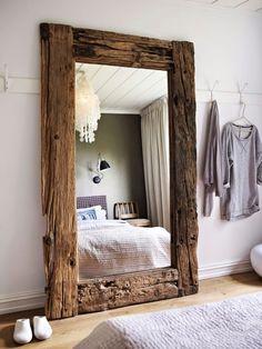 sypialnia, lustro w ramie ze starego drewna