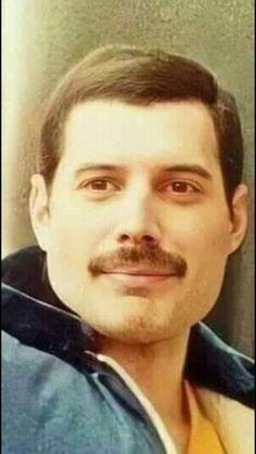 He's so pretty! Queen Mercury, Freedy Mercury, Queen Freddie Mercury, Queen Photos, Queen Pictures, Queen Love, Save The Queen, John Deacon, Freddie Mercury Birthday