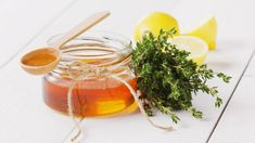 Simply make natural cough syrup with thyme yourself-Natürlichen Hustensaft mit Thymian einfach selber machen Make natural cough syrup with thyme yourself - Natural Asthma Remedies, Cough Remedies, Health Remedies, Home Remedies, Honey For Cough, Homemade Cough Syrup, Queso Ricotta, Medicinal Herbs, Healthy Tips