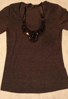 Camiseta com colar de pedras bordado Forever21Material:100%algodão