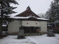 【境内の様子】平成23年12月9日、雪が降りました。写真は雪囲いに覆われた社殿です。