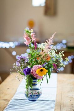 Are you thinking about having your wedding by the beach? Are you wondering the best beach wedding flowers to celebrate your union? Here are some of the best ideas for beach wedding flowers you should consider. Church Wedding Flowers, Country Wedding Flowers, Neutral Wedding Flowers, Cheap Wedding Flowers, Spring Wedding Flowers, Flower Bouquet Wedding, Pastel Bouquet, Boquet, Purple Wedding
