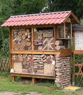 Insekten - For the birds and the bees - Vogelhaus Landscaping With Large Rocks, Bug Hotel, Bee House, Garden Bugs, Birds And The Bees, Backyard Paradise, Animal House, Back Gardens, Diy Wood Projects