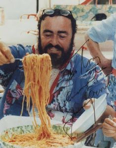 The Music Gala on Luciano Pavarotti eating spaghetti. A funny photo of a great tenor. Italian Cooking, Italian Recipes, Spaghetti House, Spaghetti Pizza, Italian Cottage, Italian People, People Eating, Opera Singers, Wine Recipes