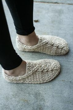 They look so cozy! Crochet slippers=Happy Feet Ravelry: Cable Slippers pattern by Mamachee Crochet Motifs, Free Crochet, Knit Crochet, Crochet Patterns, Crochet Slipper Pattern, Crochet Slippers, Felted Slippers Pattern, Fox Slippers, Crochet Slipper Boots