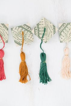 Once spring hits, we start thinking up unique graduate gifts that involve money! One year, we added money to balloons and now we've made the most charming origami money graduation caps and tassels to (Sweet Recipes Unique) Graduation Cap Tassel, Graduation Theme, Graduation Presents, Grad Cap, Graduation Gifts, Graduation Quotes, Graduation Parties, Graduation Decorations, College Graduation