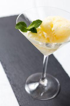 """Zitronensorbet nach einem Rezept aus """"Jamie Oliver-Genial italienisch"""" könnt ihr ganz einfach selbst machen. Es wird gegessen sein, bevor es schmelzen kann."""