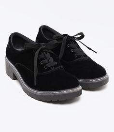Sapato Feminino   Material: veludo   Modelo: Oxford  Sola tratorada    Marca: Satinato      COLEÇÃO INVERNO 2017     Veja outras opções de    sapatos femininos.        Satinato     A Satinato possui uma coleção de sapatos, bolsas e acessórios cheios de tendências de moda. 90% dos seus produtos são em couro. A principal característica dos Sapatos Santinato são o conforto, moda e qualidade! Com diferentes opções e estilos de sapatos, bolsas e acessórios. A Satinato também oferece para as…