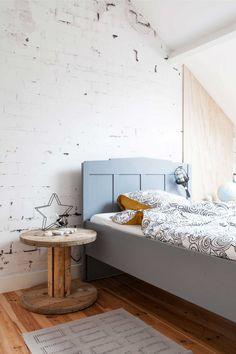 Kinderkamer met houten vloer en baksteenbehang | Kidsroom with wooden floor and brick wall wallpaper | vtwonen binnenkijken special 12-2017 | Fotografie & Styling Sonja Velda