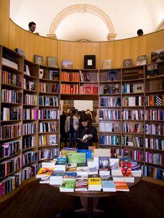 Grande Livraría de Santiago: librería en una antigua iglesia Las mejores librerías de Óbidos, la ciudad literaria - Librópatas