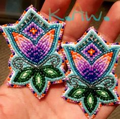 Beaded Earrings Native, Native Beadwork, Native American Beadwork, Beaded Brooch, Beaded Jewelry, Native Beading Patterns, Beadwork Designs, Beading Projects, Beading Tutorials