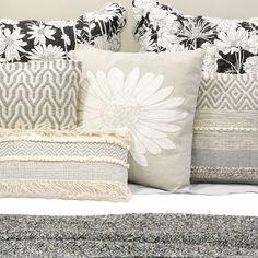 Pormenor da Coleção Juliet | A Loja do Gato Preto | #alojadogatopreto | #shoponline Juliet, Throw Pillows, Bed, Home, Design, Bedspreads, Blinds, Interiors, Quilts