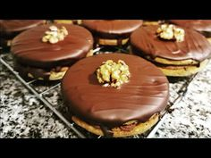 Reteta islere cu ciocolata ideala pentru sarbatori | Receta pastelitos con chocolate y nueces - YouTube Cake Recipes, Vegan Recipes, Dessert Recipes, Desserts, Icing, Vanilla, Muffin, Food And Drink, Make It Yourself