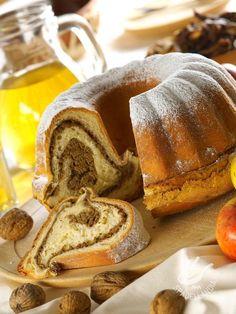 Non dovrebbe mai mancare un ciambellone sul tavolo della colazione. Spadellandia certifica che la Ciambella variegata alla frutta secca riesce con il buco! #ciambella #ciambellaallafruttasecca