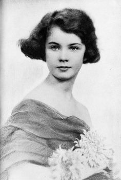 "Young Vivien Leigh, Much Before Her Role as, ""Scarlet O'Hara,"" in Gone With The Wind. Vivien Leigh, Katharine Hepburn, Ingrid Bergman, Jean Harlow, Rita Hayworth, Vintage Hollywood, Classic Hollywood, British Actresses, Actors & Actresses"