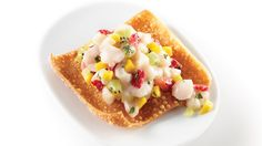 Cook this quick recipe ok tuiles with scallop, mango and strawberry tartare from Geneviève Everell and impress your guests. No Salt Recipes, Quick Recipes, Ceviche, Party Food Catering, Beaux Desserts, Beautiful Desserts, Fish Dishes, Fish And Seafood, Finger Foods