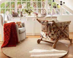 Un tapis de boules blanches apportera chaleur et douceur à  la déco de la nurserie. Associé à des éléments en bois rustique et tissus épais, le résultat n'en sera que plus réconfortant!