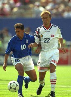 Italy 1 Norway 0 in 1994 in New Jersey. Roberto Baggio and Lars Bohinen in action in Group E #WorldCupFinals