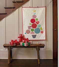 The cutest Christmas quilt patterns; patchwork Christmas projects, free Christmas quilt patterns, and more festive inspiration with handy links! Tree Quilt Pattern, Mini Quilt Patterns, Christmas Quilt Patterns, Christmas Sewing, Christmas Quilting, Christmas Placemats, Hanging Quilts, Quilted Wall Hangings, Circle Quilts